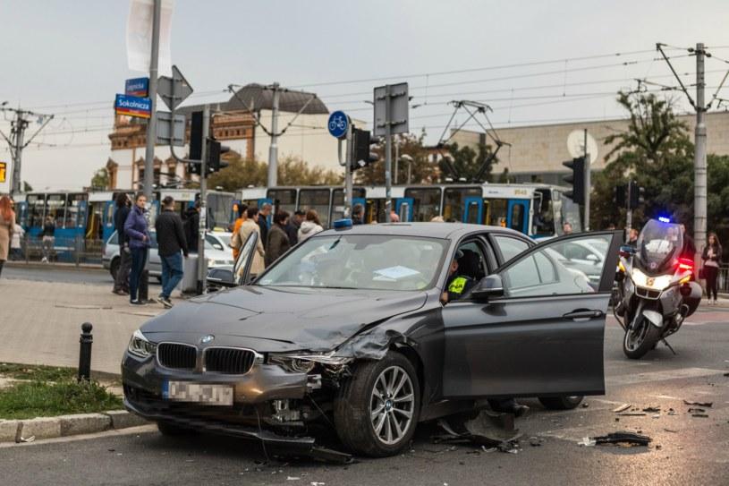 Autorzy projektu podkreślają fakt, iż nie wszyscy posiadacze samochodów wysokiej klasy jeżdżą niebezpiecznie. Niemniej widok rozbitego drogiego auta zawsze przyciąga wzrok /Krzysztof Kaniewski/REPORTER /East News