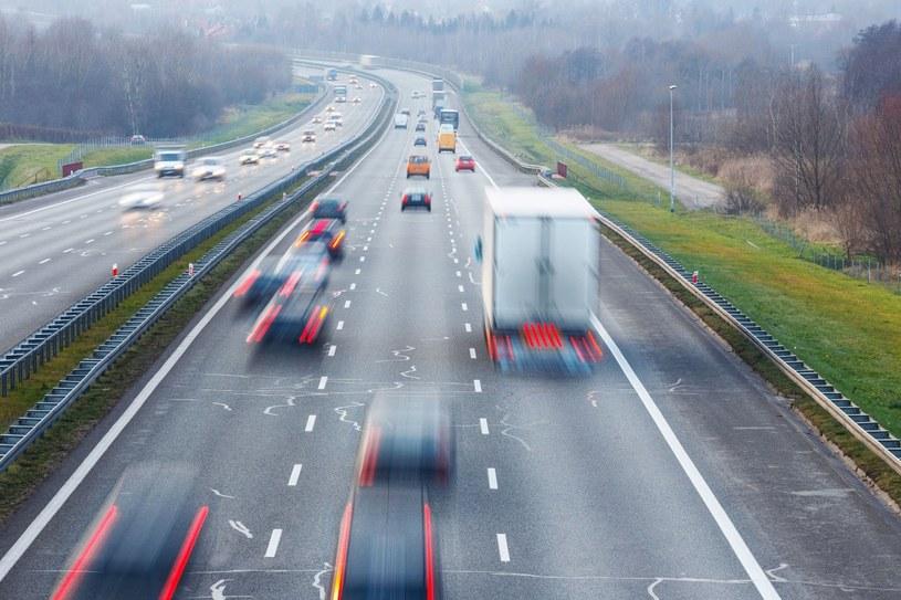 Autostrada nie jest miejscem do wyścigów /123RF/PICSEL