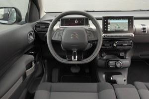 Awangardowy kokpit Cactusa robi wrażenie. Kierownica obszyta dwukolorową skórą jest seryjna w większości wersji wyposażeniowych. 7-calowy ekran dotykowy – w każdej. /Motor