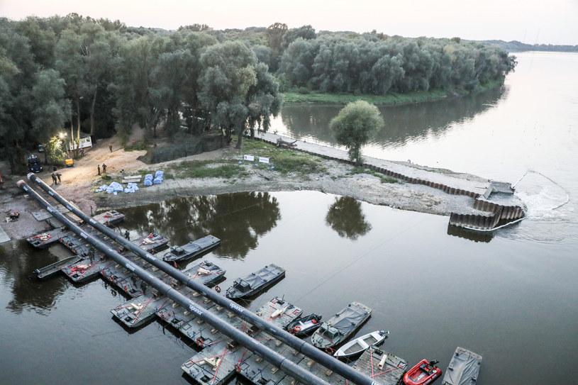 """Awaria """"Czajki"""". Budowa mostu pontonowego na Wiśle / Jakub Kamiński    /East News"""