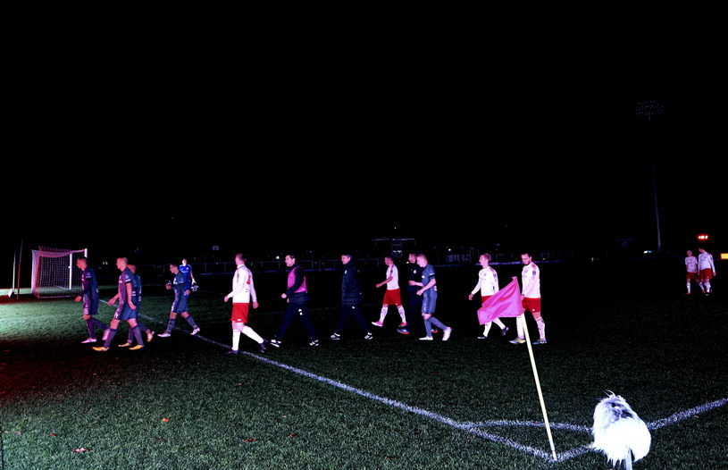 Awaria oświetlenia na boisku w Bytowie /Adam Warżawa /PAP