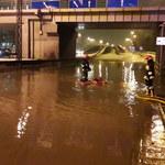 Awaria sieci wodociągowej w Krakowie. Woda zalała ulicę