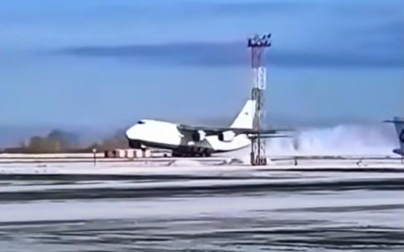 Awaryjne lądowanie Antonowa. Maszyna wypadła z pasa startowego /YouTube