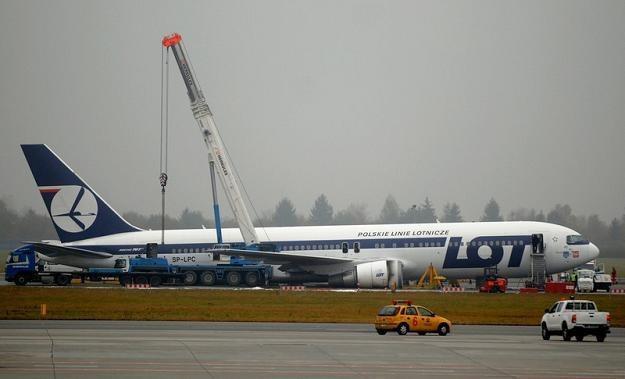 Awaryjne lądowanie Boeinga 76 7 pod lupą śledczych / fot. Lech Gawuc /Reporter