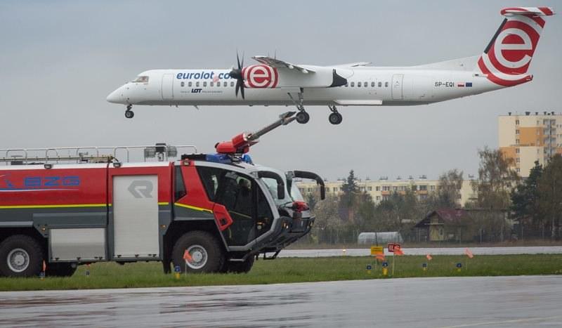 Awaryjne lądowanie Bombardiera Q400 na lotnisku w stolicy /Tytus Żmijewski /PAP