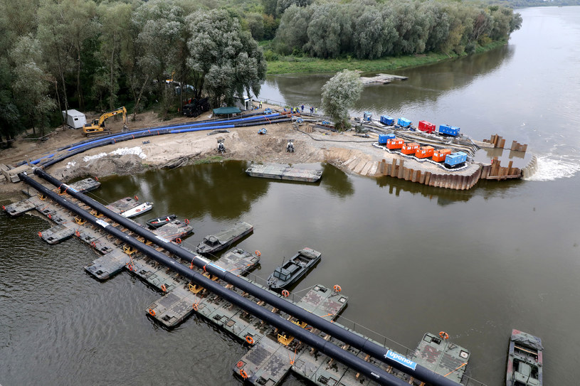 Awaryjny rurociąg na moście pontonowym /Piotr Molecki /East News