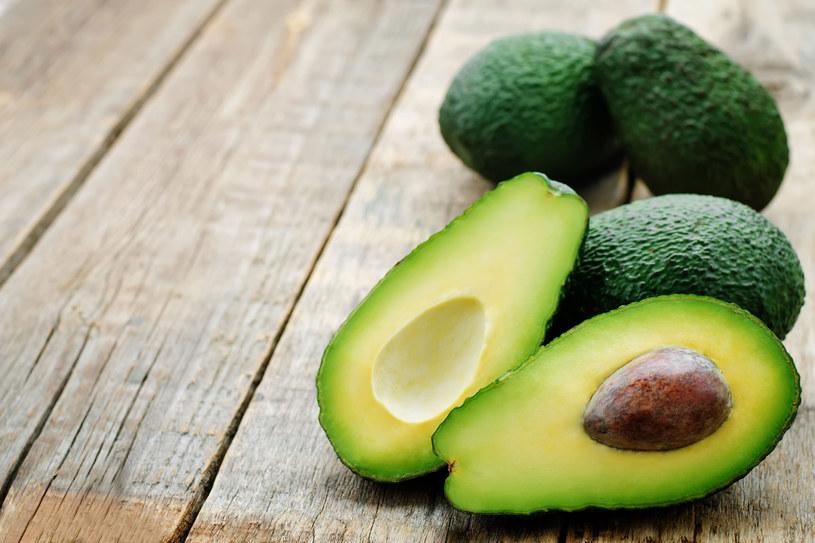 Awokado zawiera odżywcze nienasycone kwasy tłuszczowe, wapń, potas oraz witaminy /123RF/PICSEL