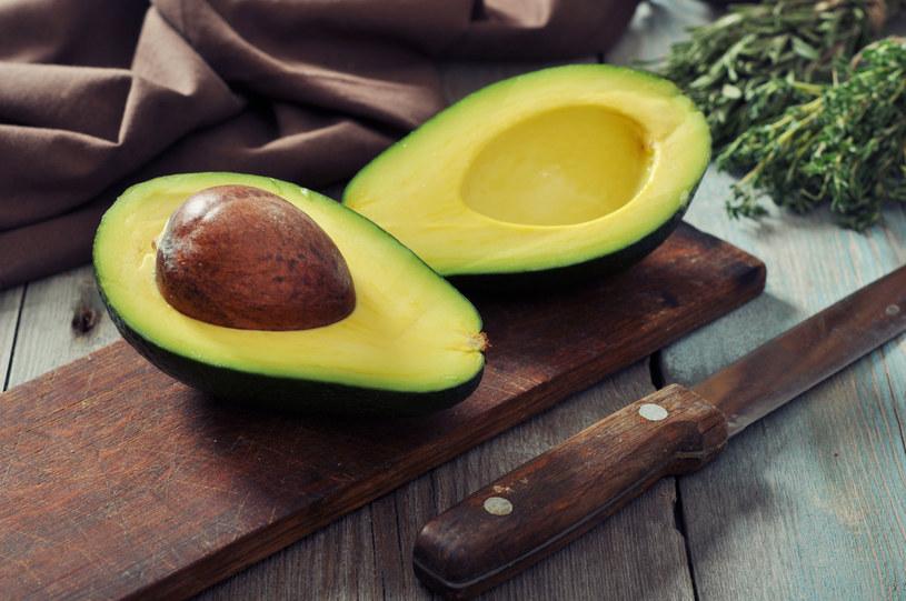 Awokado zawiera witaminy E i K, które sprzyjają zachowaniu dobrej linii, ponieważ regulują poziom cukru we krwi i chronią wszystkie komórki przed starzeniem się /123RF/PICSEL