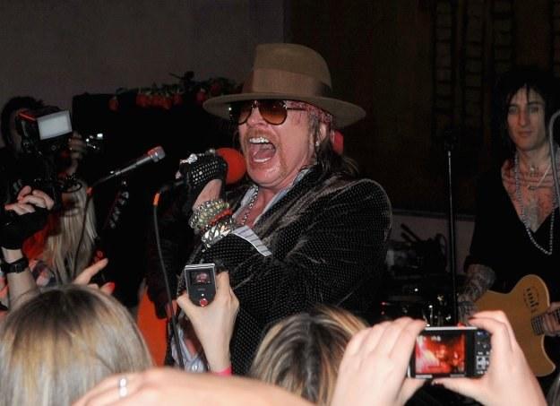 """Axl Rose: Ktoś z tłumu pokazał mu okładkę """"Guitar Hero""""? fot. Jamie McCarthy /Getty Images/Flash Press Media"""