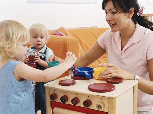 Aż 91,48 proc. rodziców oraz 96,3 proc. niań opowiedziało się za zgodnym z prawem zatrudnieniem /© Bauer