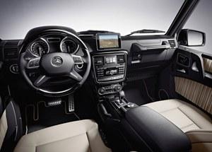 Aż trudno uwierzyć, że pod kanciastą karoserią kryje się takie, urządzone luksusowo wnętrze. Nic dziwnego - właściciele tych aut są bardzo wybredni. /Mercedes