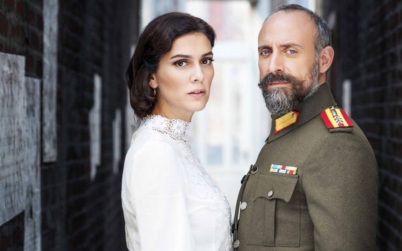 Azize (Bergüzar Korel) i Cevdet (Halit Ergenç) – małżonkowie, których rozdzieliła historia. Czy kiedykolwiek jeszcze będą razem? /TVP