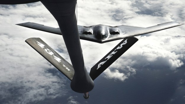B-2 przed tankowaniem w powietrzu.   Fot. Air Force /materiały prasowe