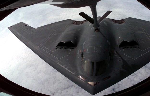 B-2 tankuje w powietrzu /AFP