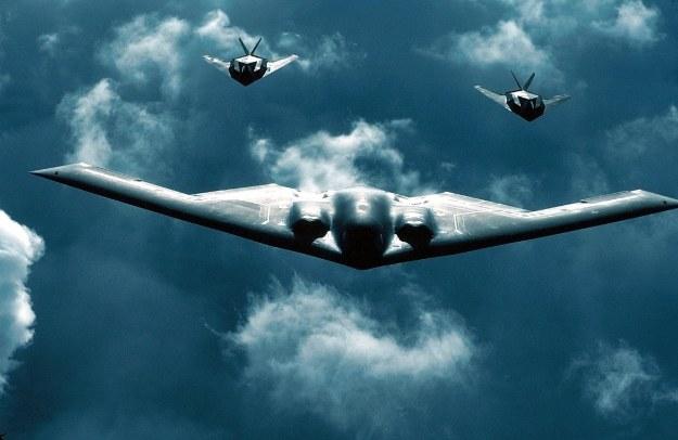 B-2 w towarzystwie dwóch F-117 /AFP