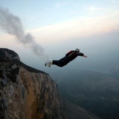 B.A.S.E jumping - w Polsce uprawiany m.in. przez Olka Domaniewskiego z Diverse Extream Team /materiały prasowe