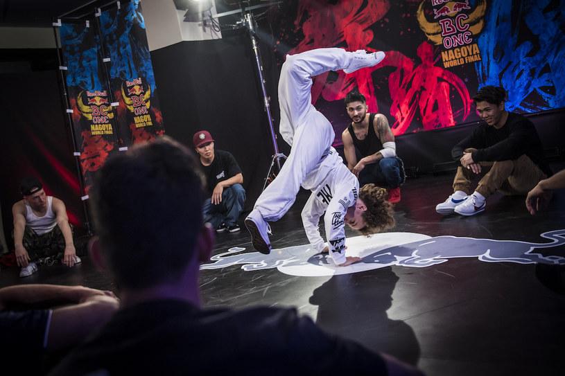 """B-boy Kleju to jeden z najlepszych polskich zawodników. Jego niepowtarzalny styl nie może jednak obejść się bez """"żelaznych"""" podstaw /materiały prasowe"""