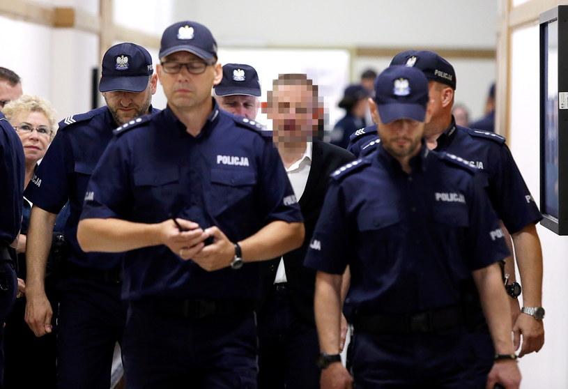B. szef Amber Gold Marcin P. (C) doprowadzany w asyscie policji na sejmową komisję śledczą ds. Amber Gold /Tomasz Gzell /PAP