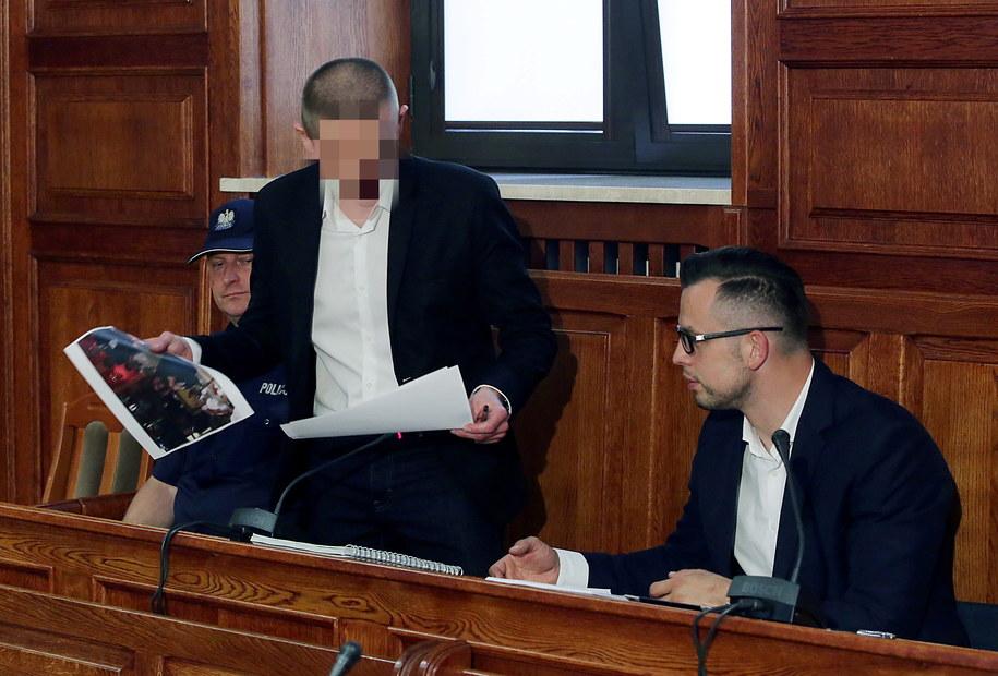 B. szef Amber Gold Marcin P. (C) wraz z mecenasem Michałem Komorowskim (P) zeznaje przed sejmową Komisją śledczą ds. Amber Gold /Tomasz Gzell /PAP