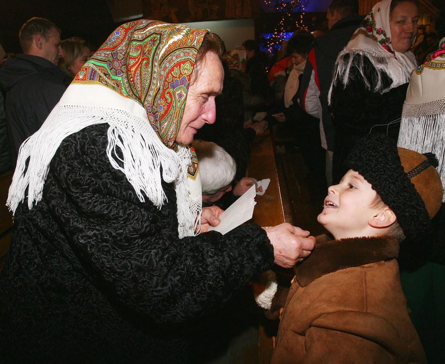 Babcia dzieli się opłatkiem z wnuczkiem, zdjęcie archiwalne / Grzegorz Momot    /PAP
