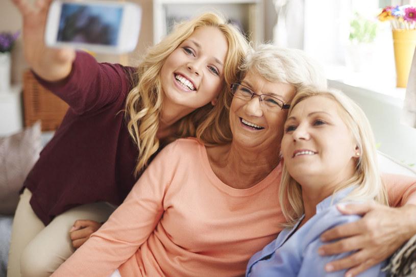 Babcia, mama, córka. Wsparcie przez pokolenia /123RF/PICSEL