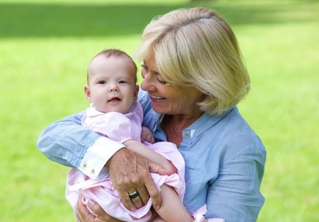 Babcia na macierzyńskim? Członek rodziny zastąpi matkę w opiece nad dzieckiem /123RF/PICSEL