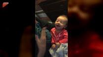 Babcia uczy niemowlaka języka migowego