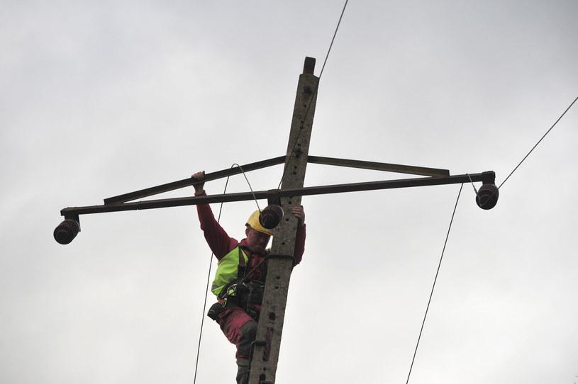 Babigoszcz (woj. zachodniopomorskie), energetycy naprawiają zniszczoną linię energetyczną /Marcin Bielecki /PAP