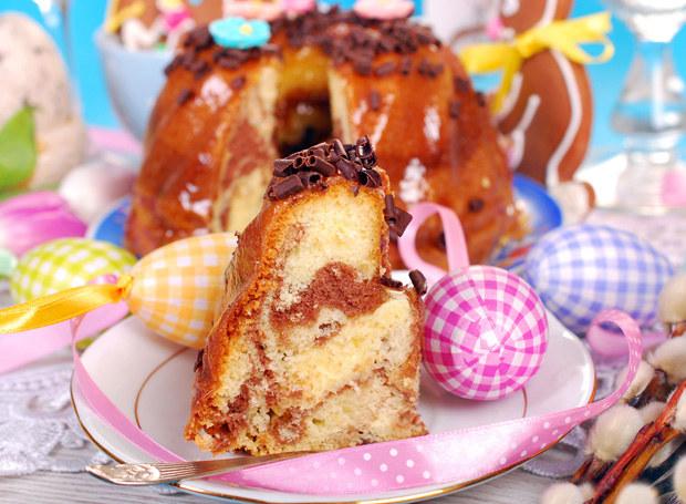 Babkę udekoruj cukrem pudrem lub polewą /123RF/PICSEL