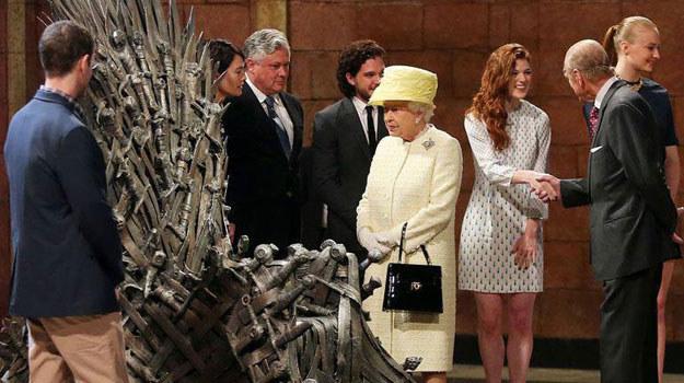 Baczność, królowa na planie! /internet