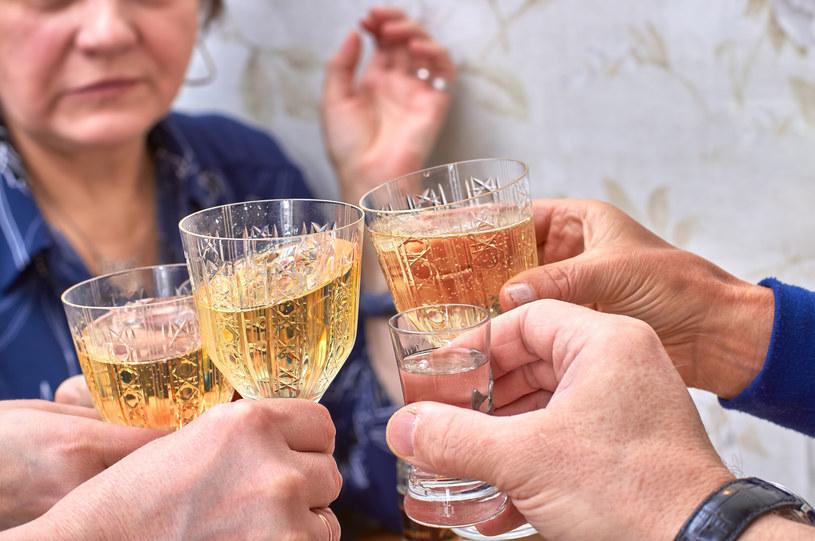 Badacze dowiedli, że spożywanie alkoholu zawęża percepcję /123RF/PICSEL