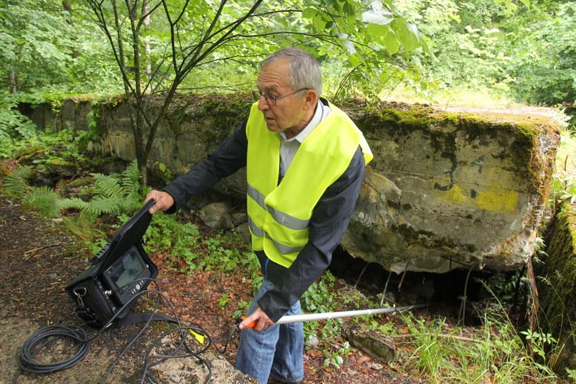 Badacze eksplorują odwiert przy pomocy mikrokamer /Tomasz Waszczuk /PAP