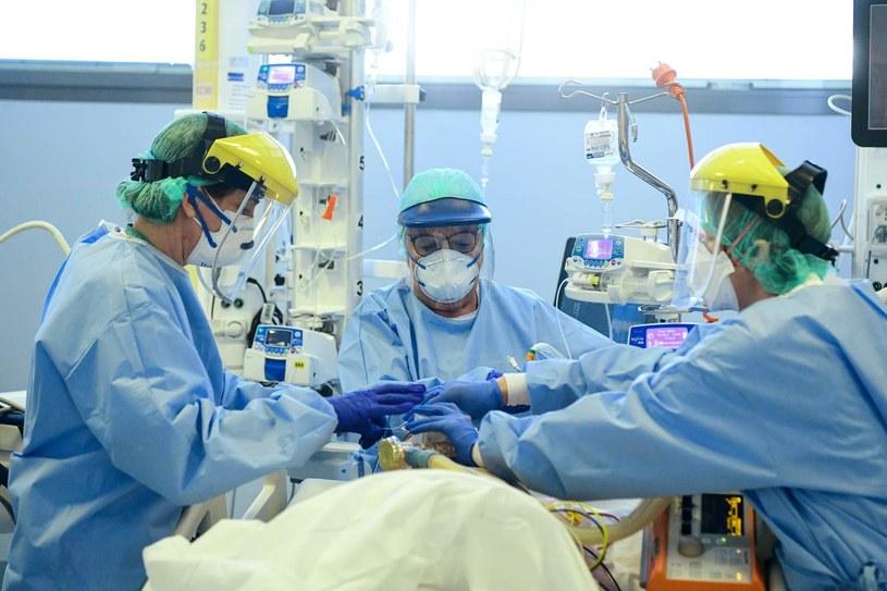 """Badacze mają teorię nt. """"cichego"""" brak tlenu we krwi wielu pacjentów z COVID-19 /Piero CRUCIATTI /AFP"""
