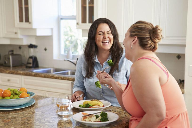 Badacze obliczyli, że śmiech przez 15 minut dziennie może przełożyć się na roczną utratę masy ciała wynoszącą ponad 2 kilogramy /123RF/PICSEL