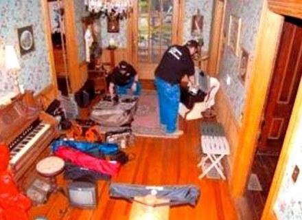 Badacze zjawisk paranormalnych David Harrill i Joe Wright przy pracy w nawiedzonym domu. /MWMedia