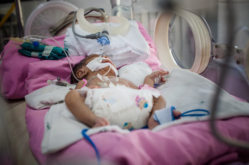 """""""Badania naukowe potwierdzają, że wcześniak, który przebywa w szpitalu z rodzicem bądź opiekunem szybciej zdrowieje"""" /123RF/PICSEL"""