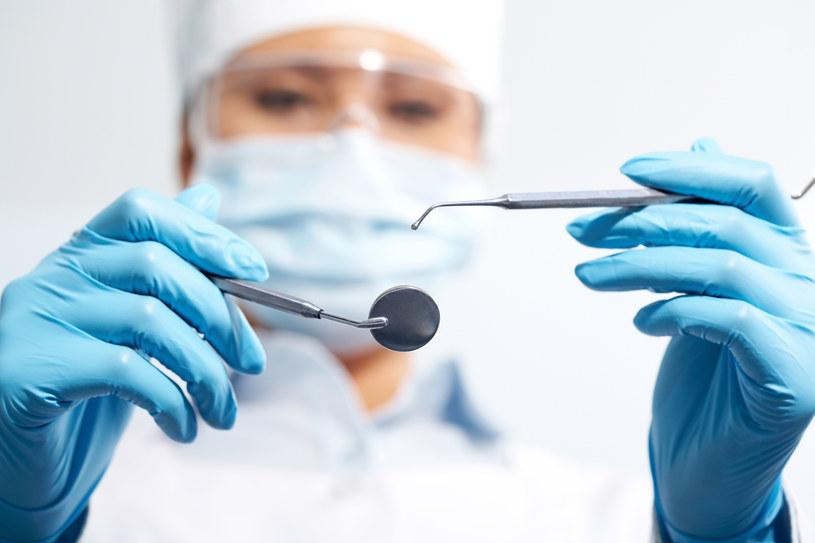"""Badania pokazują, że nie ma czegoś takiego jak """"gen złych zębów"""" /© Glowimages"""