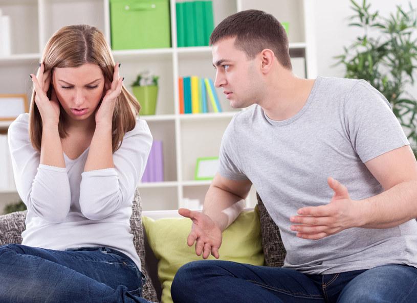 Badania sugerują, że osoby z niską samooceną obawiają się odrzucenia i zniszczenia związku po głośnym wypowiedzeniu swoich uwag /Picsel /123RF/PICSEL