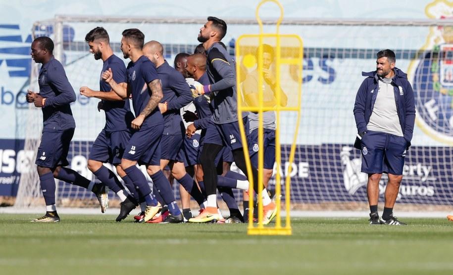 Badania wskazują, że ćwiczenia w większej grupie osób to nie tylko większa motywacja, ale też mniejszy stres, większa poprawa kondycji psychicznej i fizycznej, wreszcie... większa radość życia (na zdjęciu: trening piłkarzy FC Porto) /JOSE COELHO /PAP/EPA