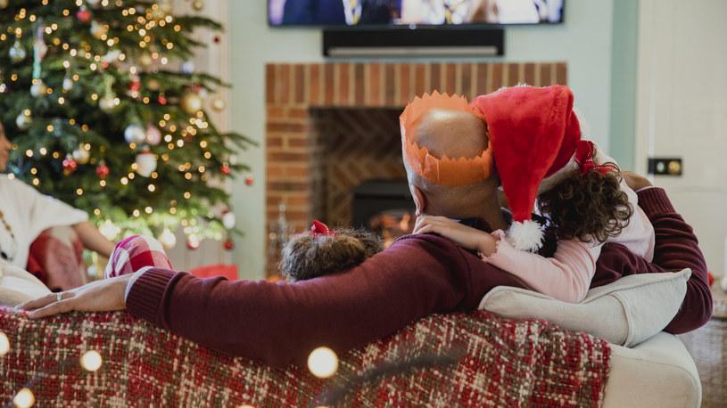 Badania wykazały, że angażowanie osób chorych na demencję we wspólne oglądanie świątecznych filmów i kolędowanie, poprawi ich samopoczucie /123RF/PICSEL