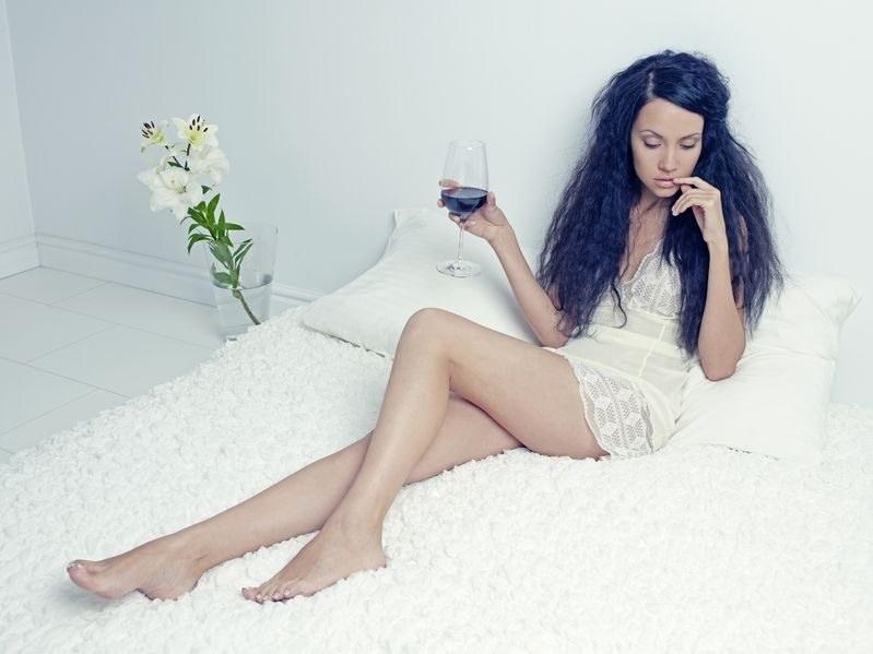 Badania wykazały, że kobiety chętniej sięgają po alkohol przed seksem /123RF/PICSEL