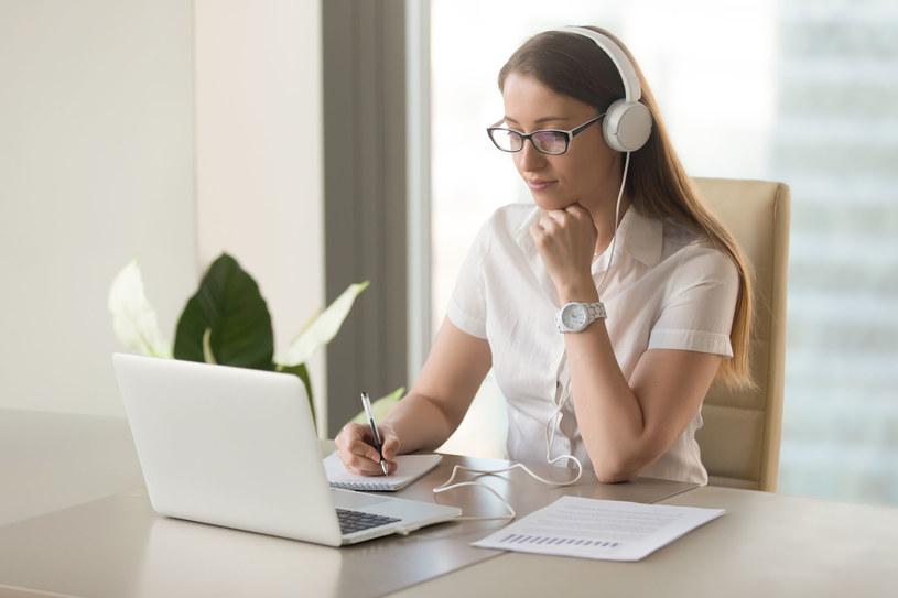 Badania wykazały, że rozpylanie kadzidełek zarówno podczas nauki jak i snu przyspiesza proces przyswajania obcych słówek /123RF/PICSEL