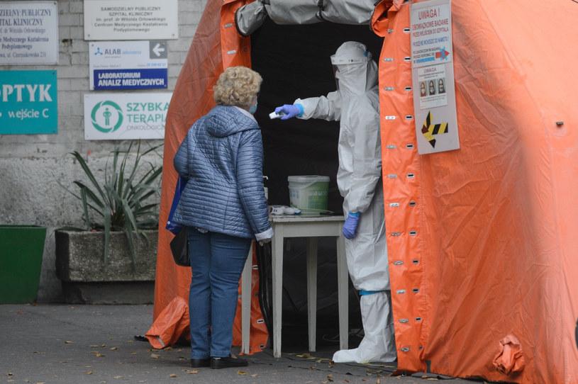 Badanie przed jednym ze szpitali w Warszawie /Zbyszek Kaczmarek/REPORTER /Reporter