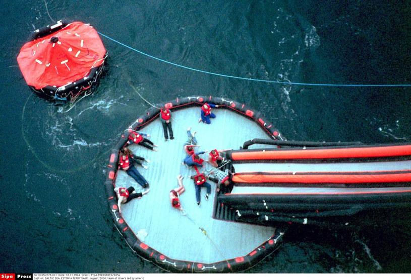 Badanie przyczyn zatonięcia promu; fot. z 2000 roku /East News
