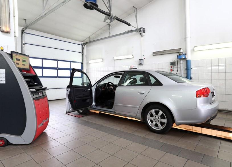 Badanie samochodu musi trwać bo... tak /Piotr Mecik /East News