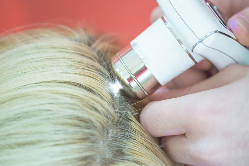 Badanie skóry głowy i włosów /123RF/PICSEL