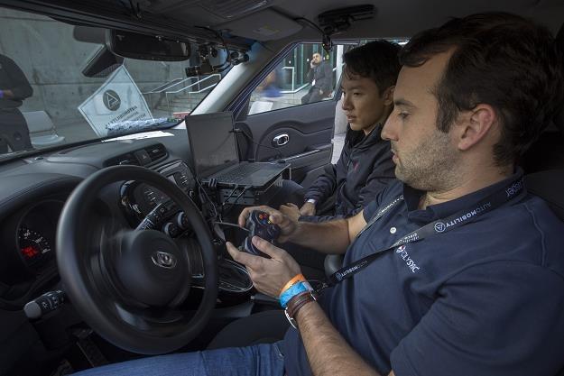 Badanie techniczne samochodu pod okiem fiskusa /AFP