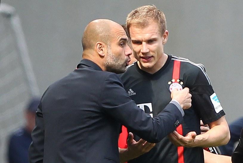 Badstuber w rozmowie z Pepem Guardiolą w trakcie ligowego meczu z Hoffenheim /AFP