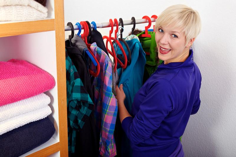 Bądź bezlitosna - zostaw tylko te ubrania, w których chodzisz. Jeśli nie założyłaś czegoś przez rok, już tego nie założysz /© Panthermedia
