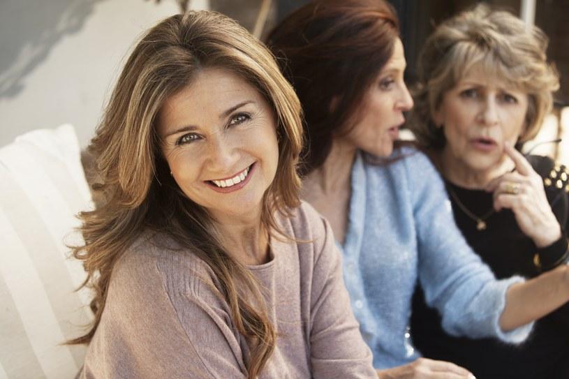 Bądź osobą towarzyską. Prowadź aktywne życie  w średnim i późniejszym wieku. Zamykanie się w sobie zmniejsza sprawność umysłową. /123RF/PICSEL